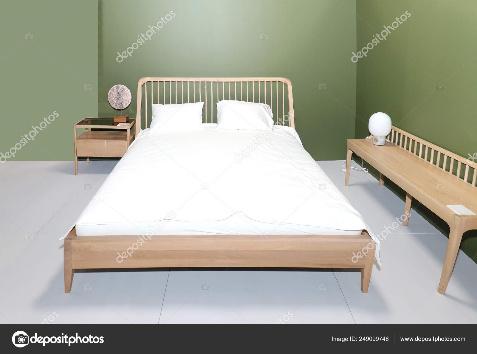 Retro camera da letto pareti verdi — Foto Stock © ttatty ...