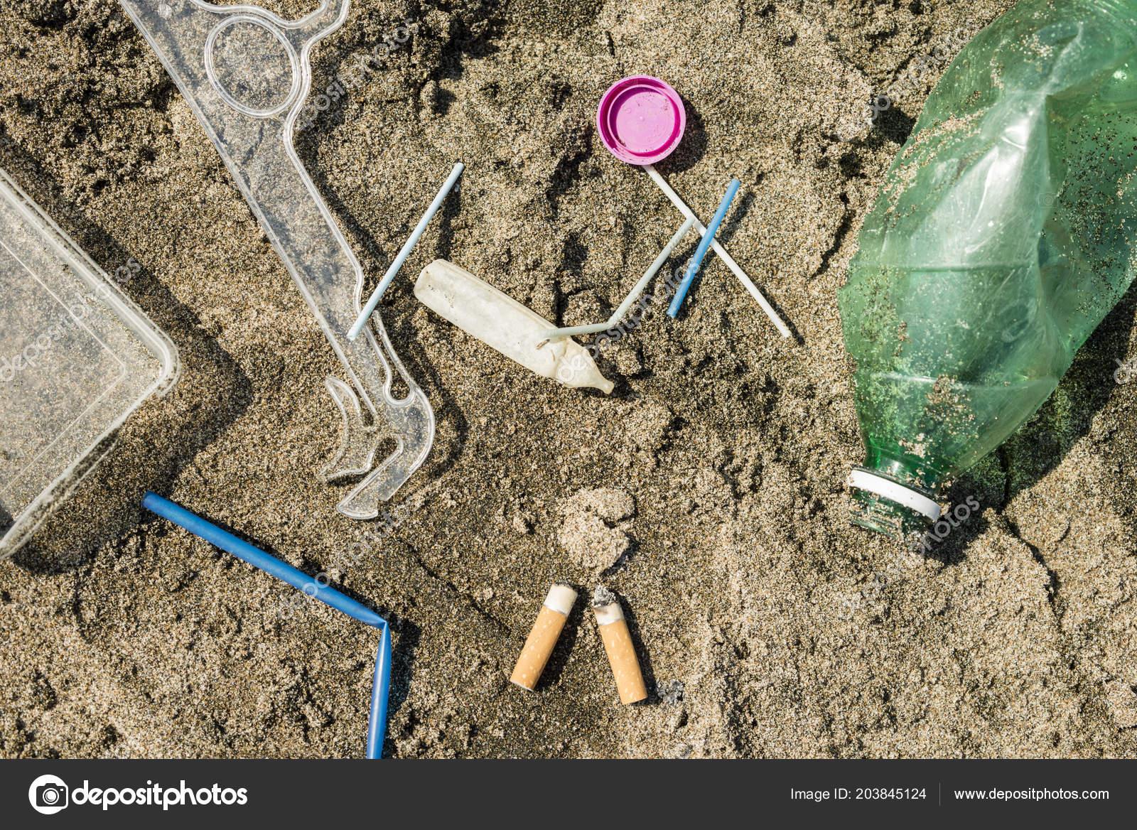50fa23a8 Green Plastic Bottle Cotton Swabs Cap Box Cigarettes Left Sandy — Stock  Photo