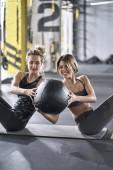 Sportovní dívky trénink v tělocvičně
