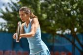 Photo Sportive girl plays tennis