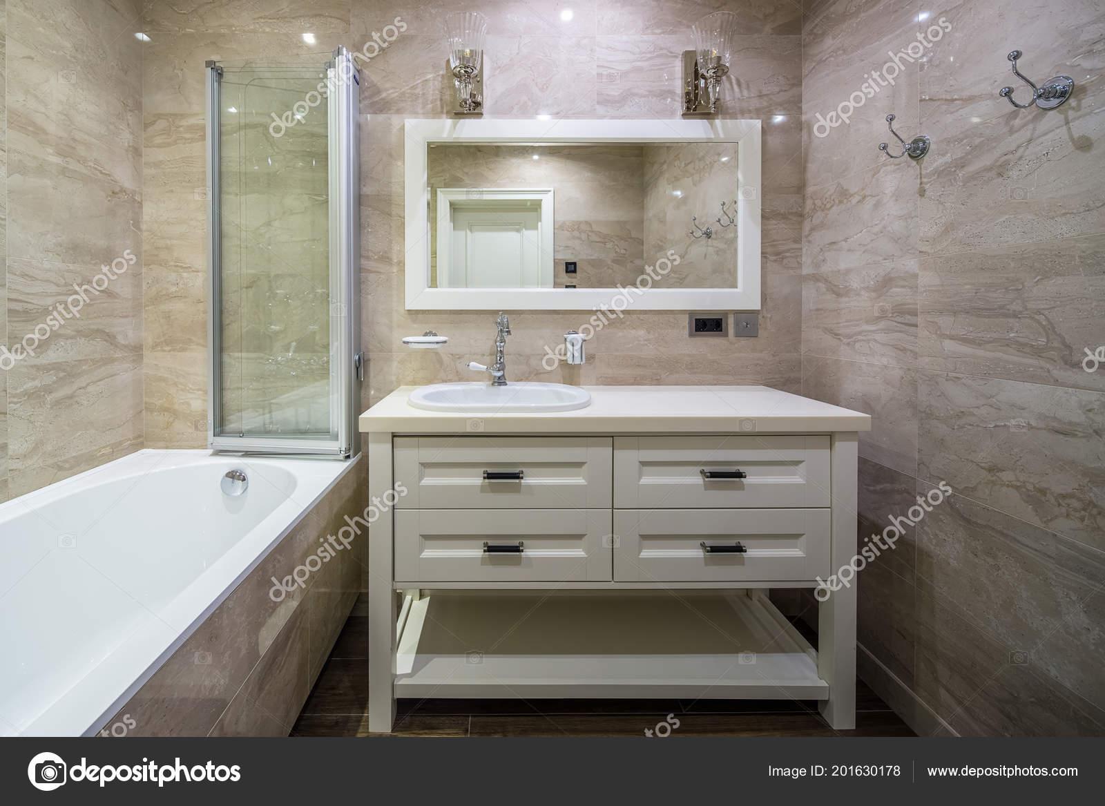 Cuarto de baño en estilo clásico — Foto de stock © bezikus #201630178