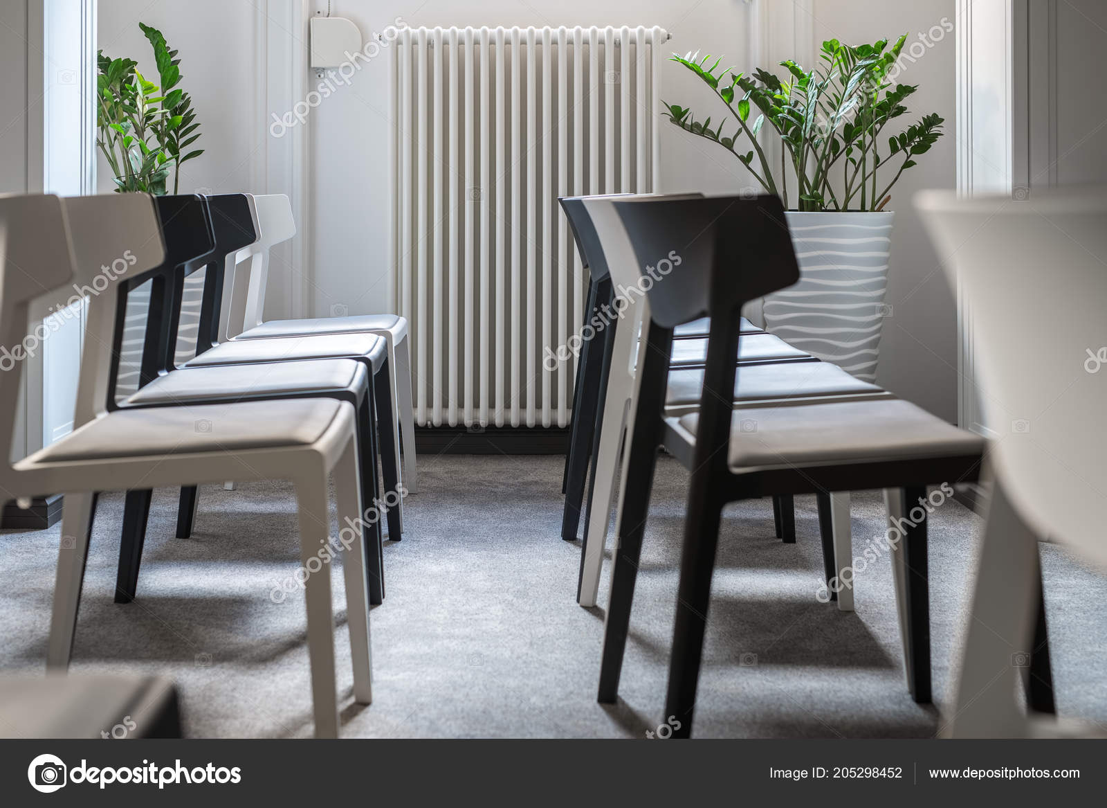 Pareti A Strisce Bianco E Nero : Righe bianchi nero sedie nella sala conferenze con pareti bianche