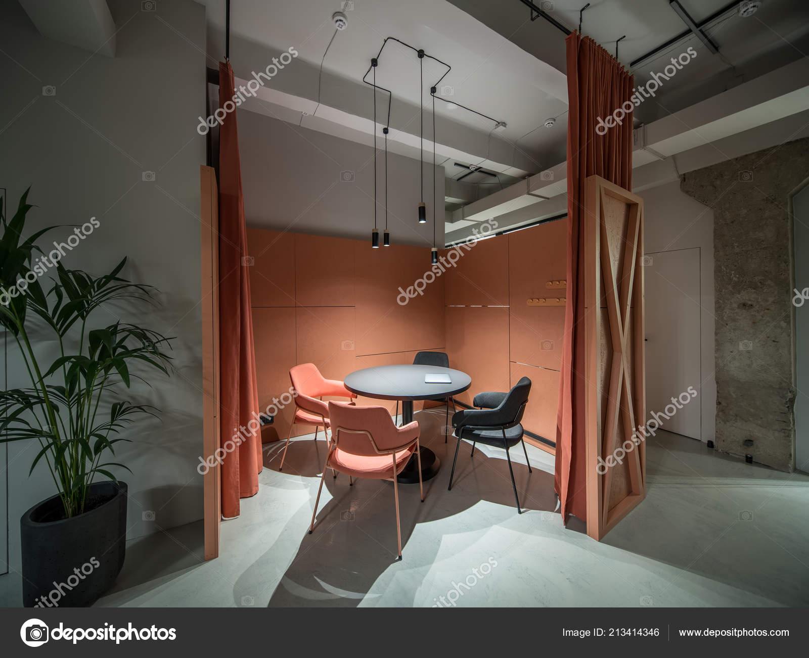 Bureau de style loft avec zone de rencontre orange u2014 photographie