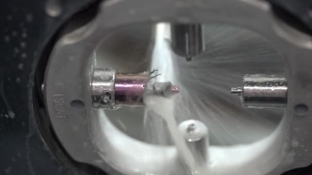 Pohled na vyřezávání proces v zubní frézka