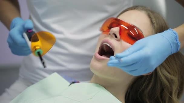 Pěkná ženská úprava zubů na zubní klinice