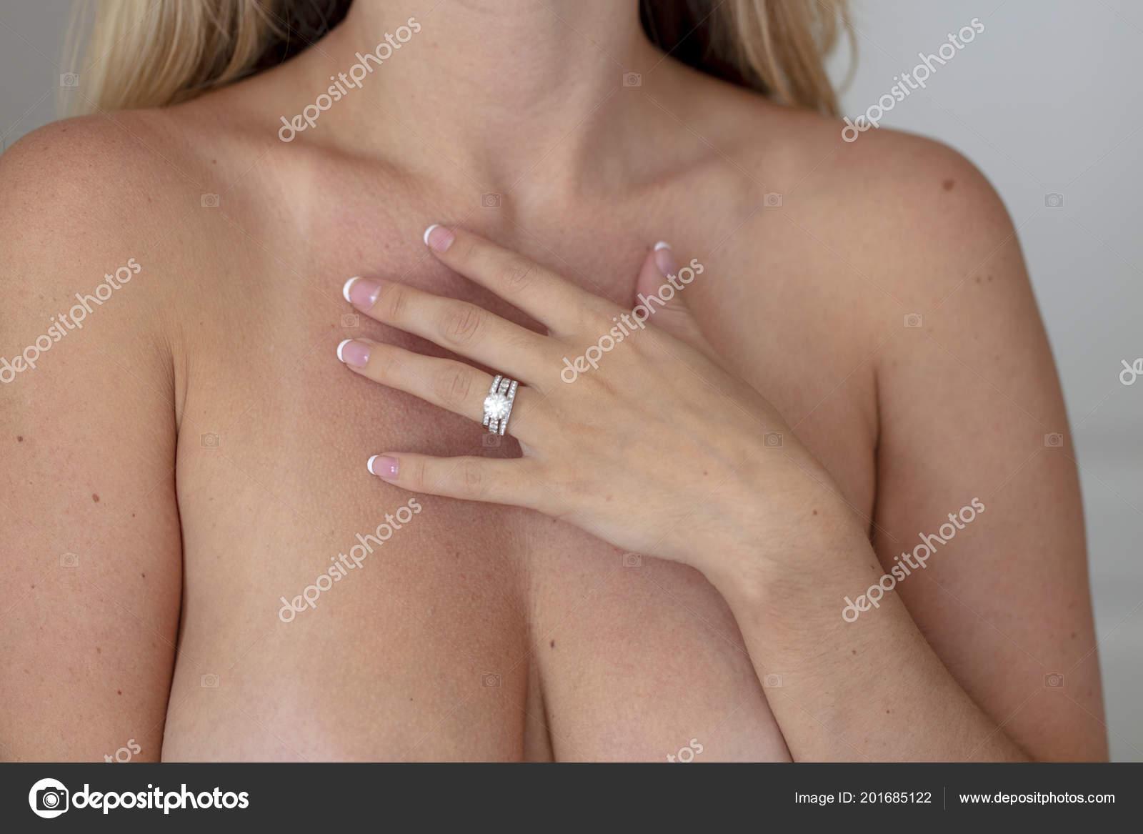 Ein Schönes Blonde Model Posiert Nackt Ihrem Schlafzimmer ...