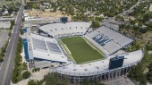 Fotografie LaVell Edwards Stadium is an outdoor athletic stadium in Provo, Utah, on the campus of Brigham Young University (BYU) and is home field of the BYU Cougars.