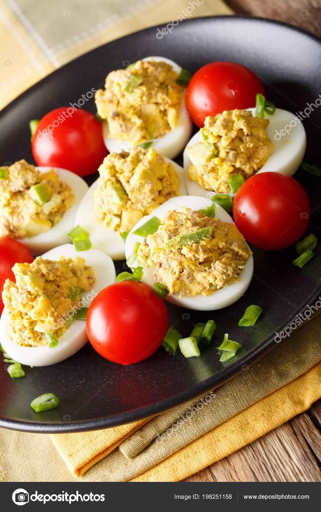 huevos rellenos con atun y tomate
