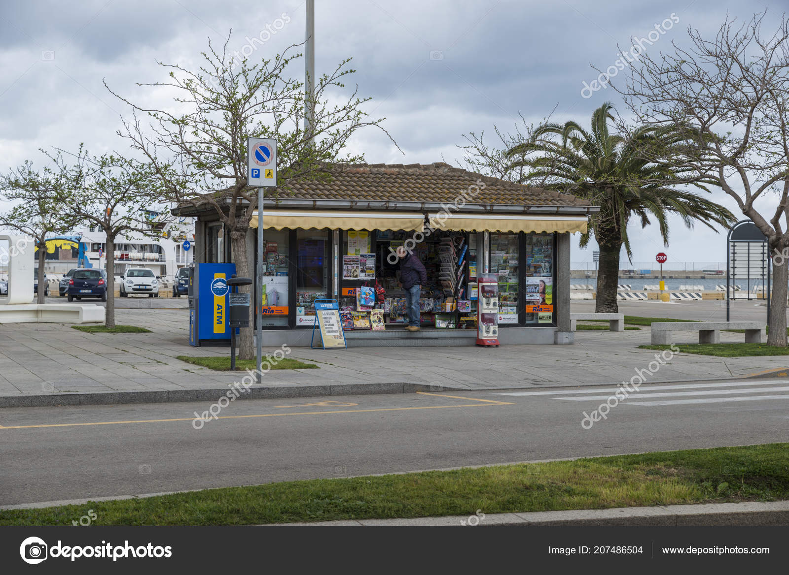 street shop with papers magazine and souvenirs – Stock Editorial