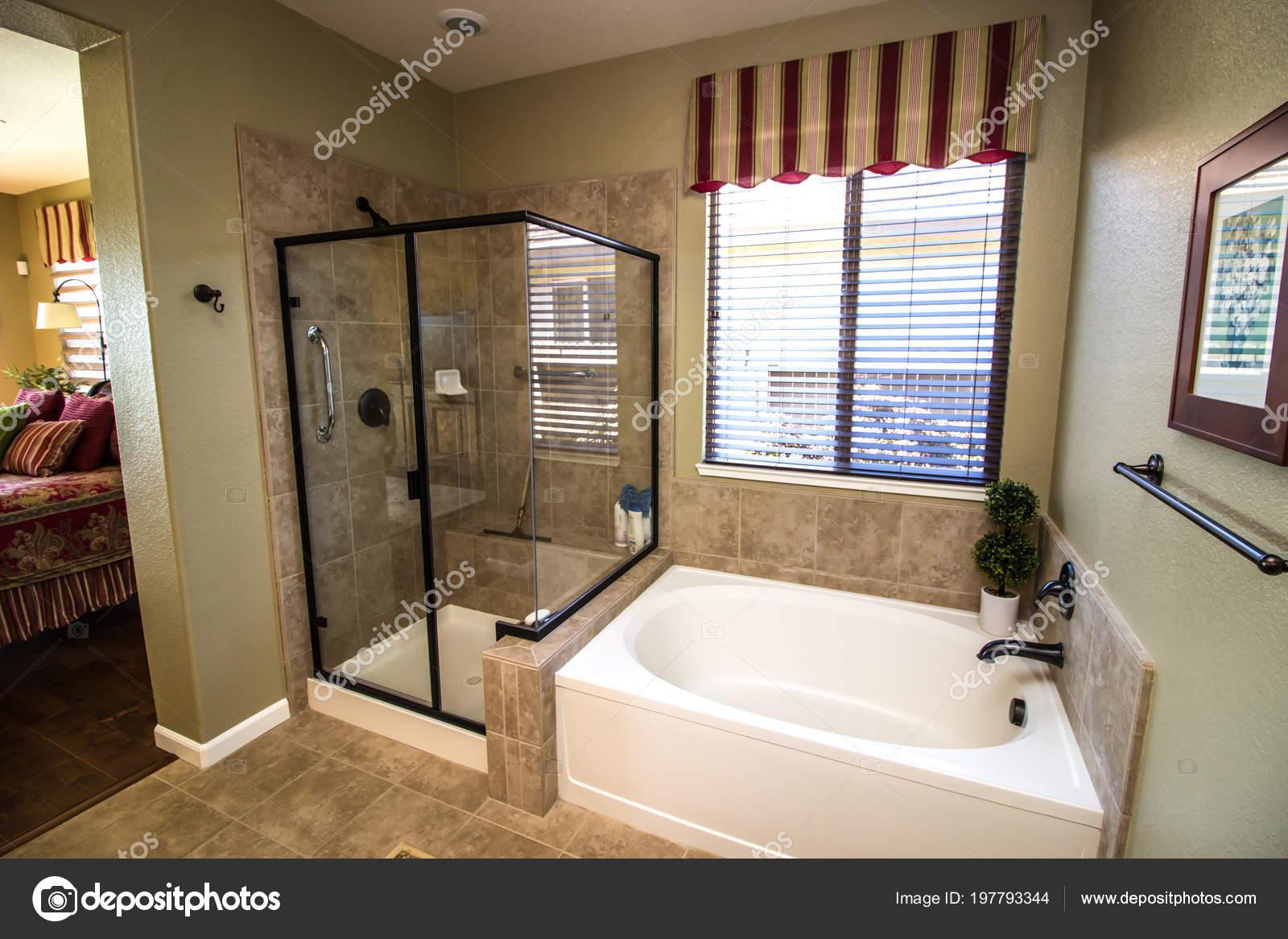 Moderno cuarto ba o con ducha ba era foto de stock for Cuartos de bano modernos con ducha