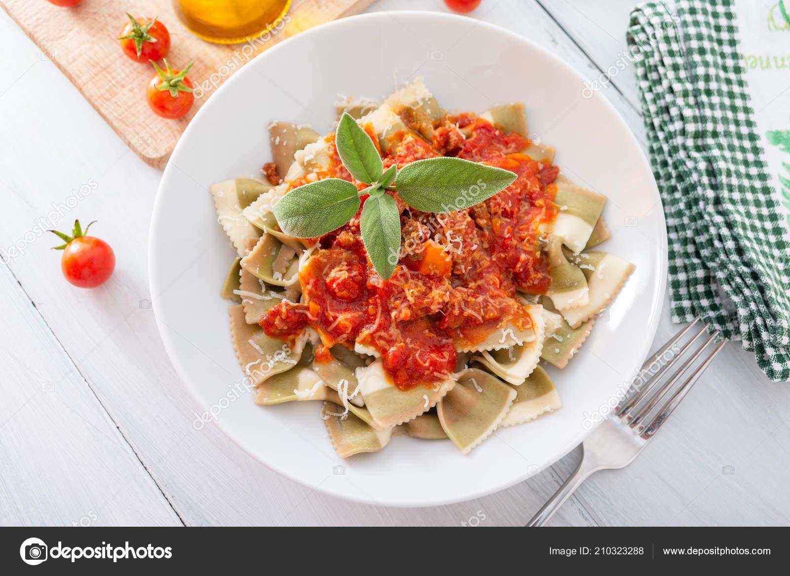 Razowy Makaron Farfalle Sosem Bolognese Kuchnia Włoska