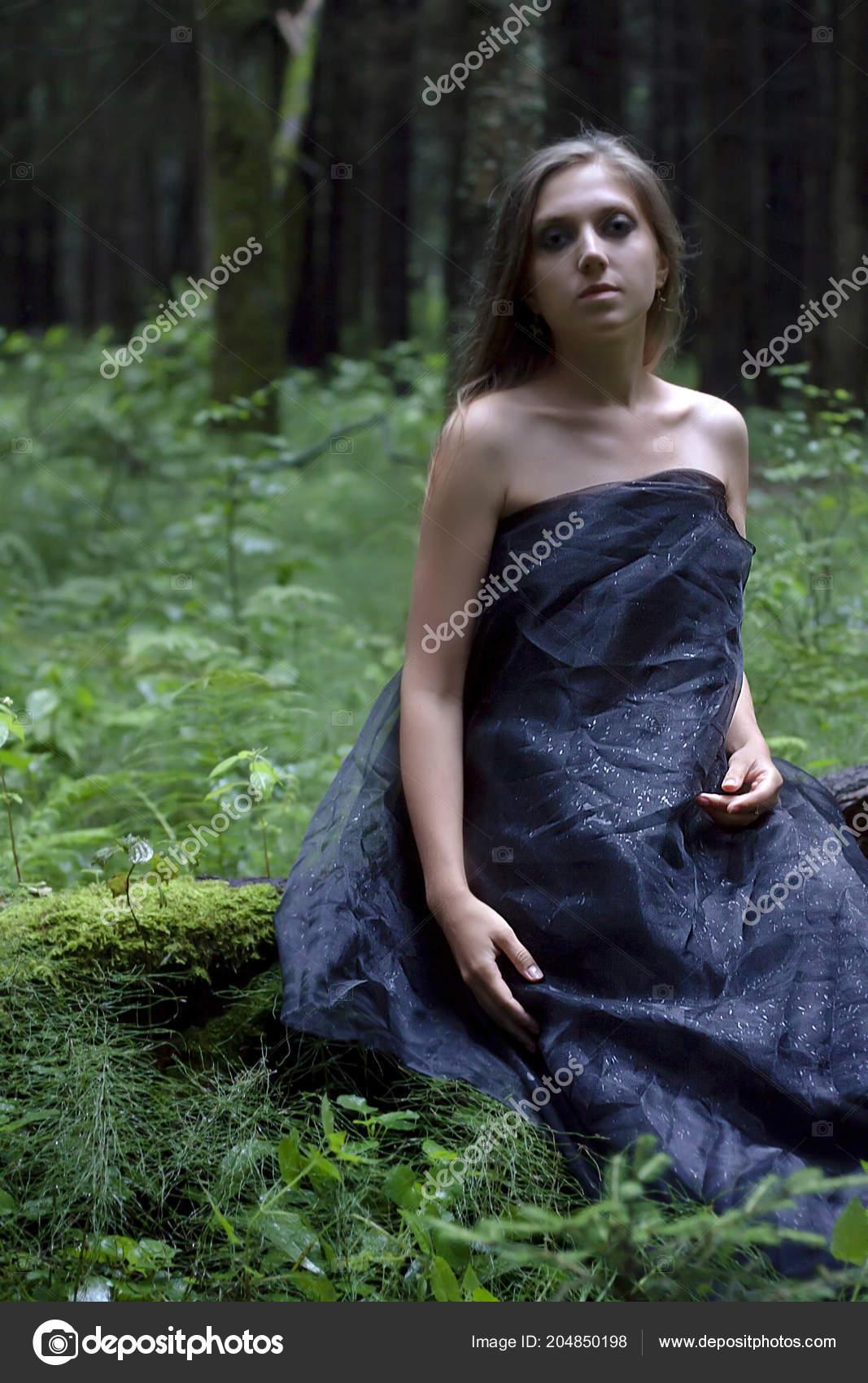 Сексуальная ведьма гуляет по лесу