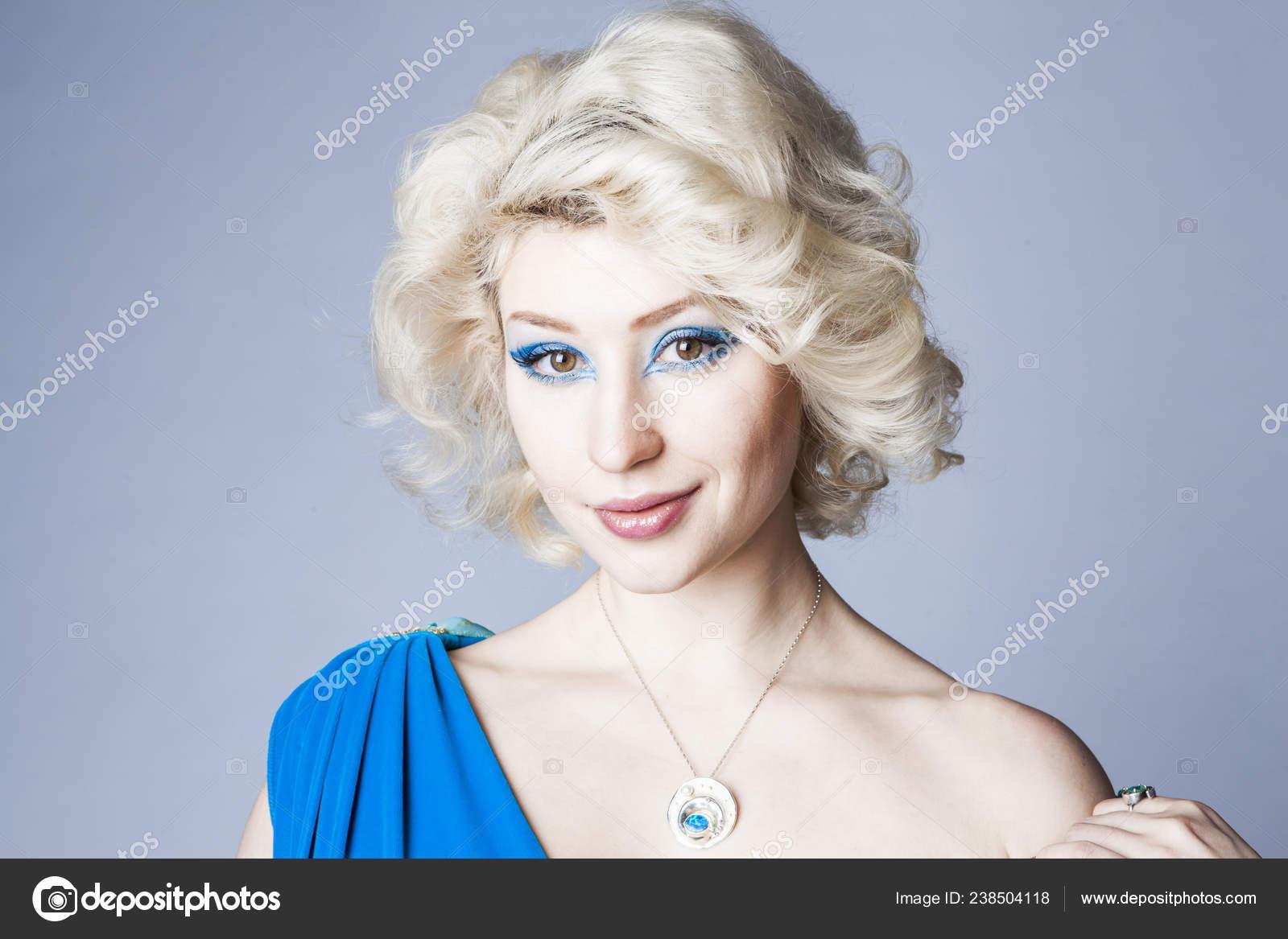 Retrato Una Joven Rubia Vestido Azul Con Maquillaje Ojos