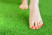 Műfüves háttér. Pályázati női alja egy zöld Műfű padló.