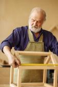 Fotografie Porträt von Opa machen Messungen aus Holz Puppenhaus hautnah