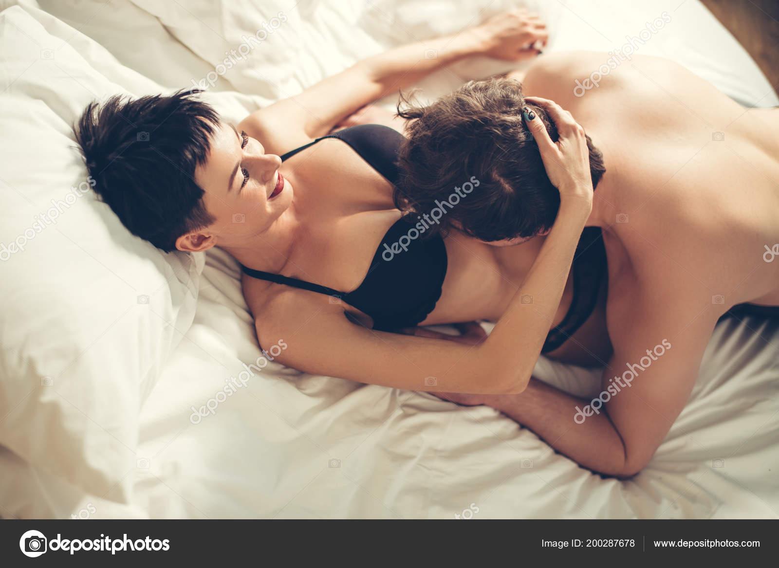 Пара занимается сексом в спальне
