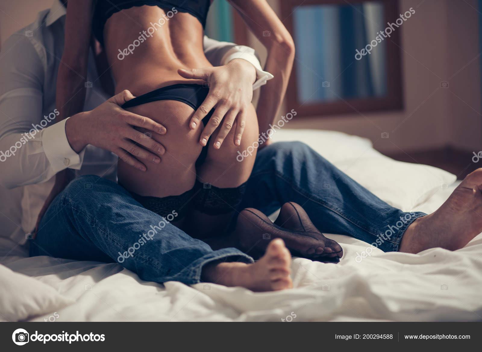 Junge Paare, die erotische Momente im Schlafzimmer haben ...