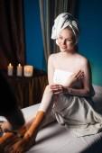 Fotografie Frau mit Gesichtsmaske auf Beinen Entspannung im Wellness-salon