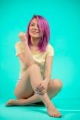 Fotografia Donna con capelli viola con leggs nude e piedi nudi
