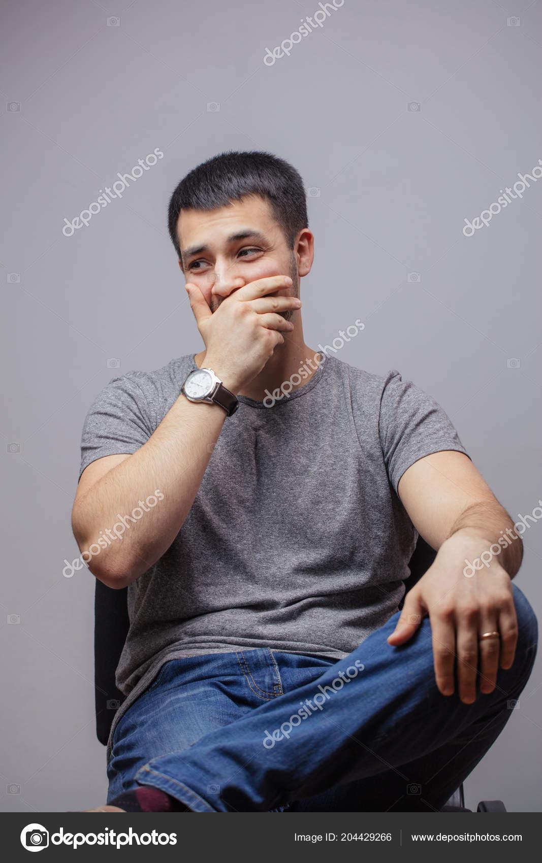 Homme Costaud un costaud qui riaient et fermer sa bouche. rire de l'homme sur la