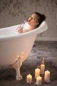Nádherná dívka slogging koupel s pěnou
