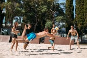Photo Beach volleyball players in motion, jumping and