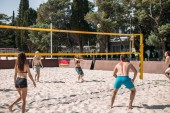 Fotografia Gruppo giovane indoeuropeo amici giocando a pallavolo sulla spiaggia in vacanza destate