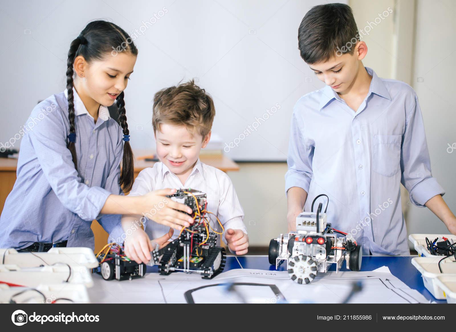 Qu'il Enfants Robot Avec Visitait Alors L Jouant Électrique ZwNP08nOkX