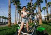 Fotografie Frauen mit modernen Stadt e-e-Bike reinigen nachhaltiger Stadtverkehr