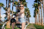 Fotografie Frauen mit Elektrofahrrad im Park