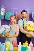 Familie verbringt Zeit beim Waschen