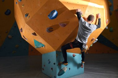 Powerful man without forearm training at bouldering center
