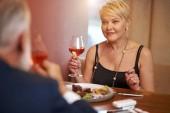 Senior žena jemná večeře jídlo v elegantní restauraci