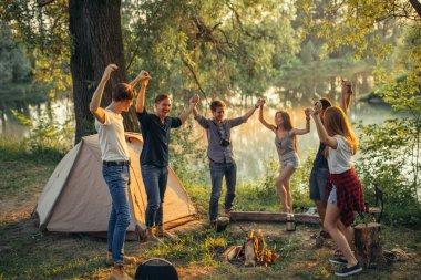 Hipster 'lar kamp alanında eğlenceli vakit geçiriyorlar.