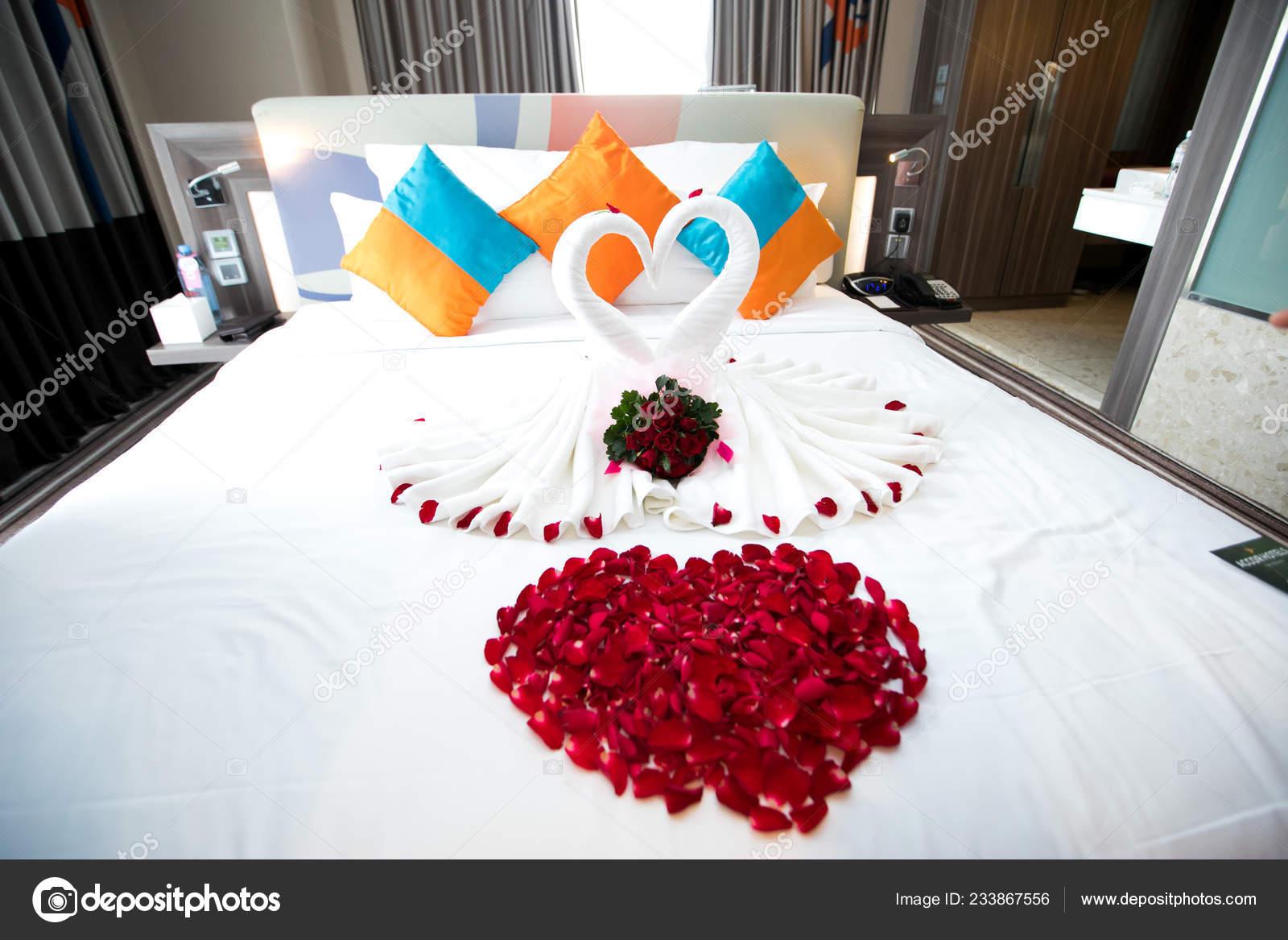 Gut bekannt Handtuch Falten Weißen Bett Für Dekoration Aussehen Wie Herz Oder MH21