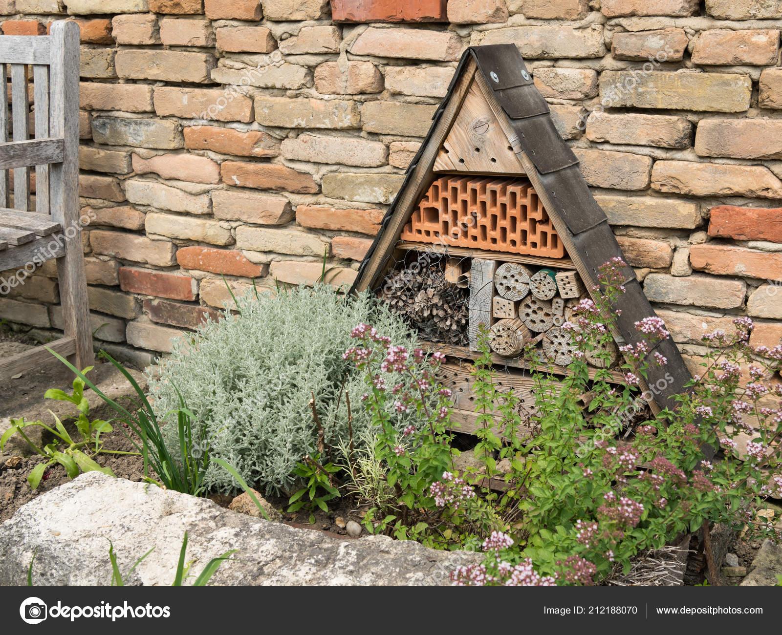 Bakstenen Muur Tuin : Een insecten hotel staan voor een bakstenen muur een tuin