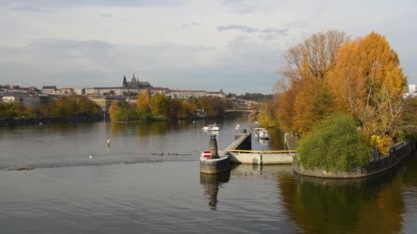 Řeka Vltava, hrad a katedrála v Praze (Česká republika) na podzim