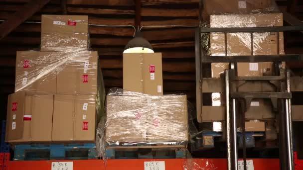 A villás rakodó tároló dobozok állványok. Karton dobozok. Egy lövés nem Rakodómunkás van. Természetes világítás.