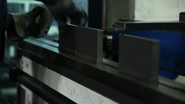Bezpečné detaily. Přípravy na výrobu trezorů. Výrobní haly. Přirozené osvětlení.
