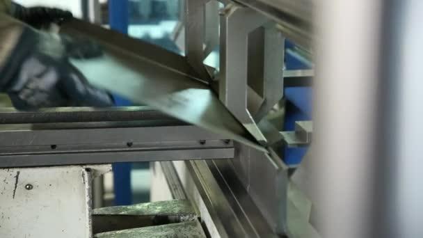 Výlisek na stroji kovovými detaily. Zaměstnanec pracuje. Formuláře detail listu kovu. Práce v obchodě.