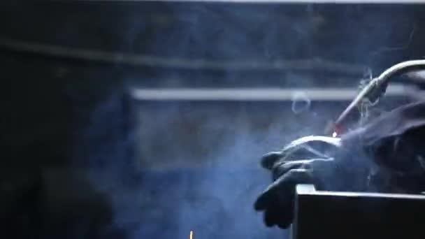 Elektrické svařování sejfu. Sparks fly. Pracovní prostor. Přirozené osvětlení.
