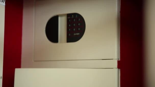 Přední panel sejfu. Oddíly s kódovaný zámek a klíč vložen do dveří. Střelba v pohybu. Světelný panel. Detailní záběr