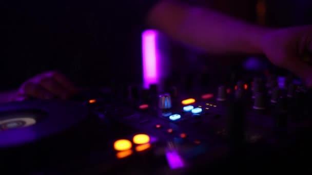 férfi Dj zenét játszik a nightcub a