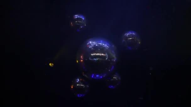 Retro disco labdát lila star tört visszaverődések és köd klub.