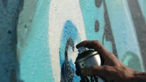 Merihaka, Helsinki, Finsko - květen 2018: Graffiti umělec stříkací stěny, městský Outdoor Street Art koncept, Handheld 1920 x 1080 filmového laděných Hd záběry.