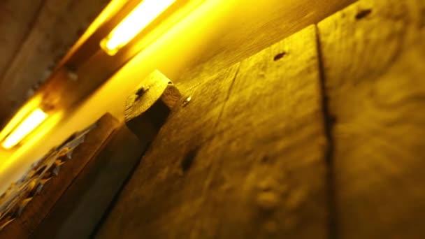 Zblízka video ze staré dřevěné dveře zámek. sauna.