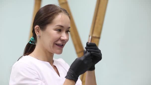Cosmetologo medico fare iniezioni di bellezza del viso al suo cliente donna. Belle mani femminili di viso e cosmetologi con siringa. Ringiovanimento e idratazione. Concetto di cosmetologia in clinica.