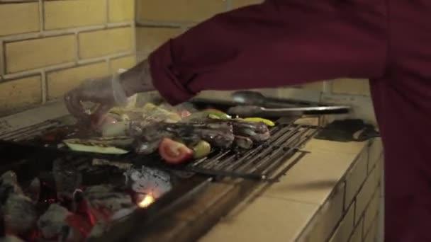 Muž, vařit večeři. Hovězí steak na grilu venku na dvorku. Tatarský biftek. Grilování