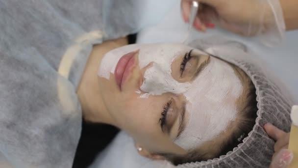 Akne Mitesser Entferner. weibliches Gesicht, Schönheitsklinik.