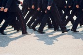 policie jsou na pochodu. nohy. boty v řádku